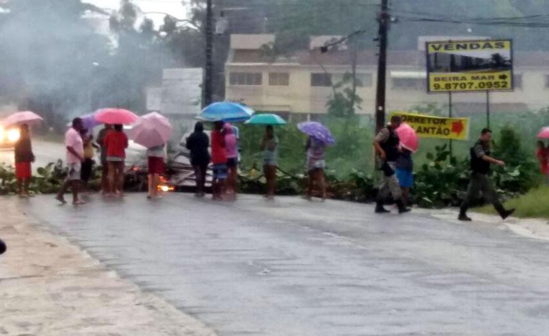 Moradores fecham a rodovia PE-01 em Pau Amarelo por motivos de alagamentos (2)